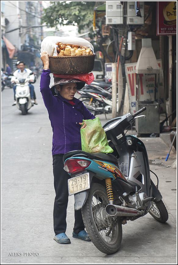 Мотоциклы — их используют для самых разных целей. Мы еще увидим чуть позже, как на них перевозят тушки свиней и куриц. Вьетнамцы возят на мотоциклах даже шкафы и холодильники. Не народ — а сплошные эквилибристы.