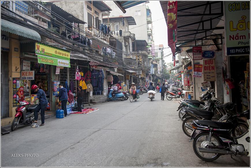 """Ну, пока случайная улица с названием Pho Bao Linh. Только над буквами """"о"""" и """"а"""" во вьетнамском варианте стоят закорючки, как над нашей """"й"""". Попробуй прочитай. А мы держим путь назад — к озеру Хоан Кием в туристический район, где много отелей и кафе, столь привычных для иностранных туристов. Напоследок этой прогулки скажу, что у Вьетнама есть одна особенность — он кажется не броским на первый взгляд (особенно северная часть страны). Но у его народа очень давние и интересные традиции, которые способны удивить иностранцев. И, что интересно, вьеты — самобытный народ, непохожий на другие народы Юго-Восточной Азии.  До встречи в следующих частях """"Вьетнамских Зарисовок""""."""