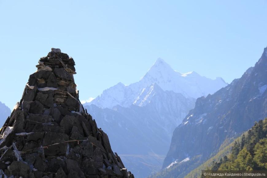 В далеке Священная гора Чана Дорчже - гора защитника Ваджрапани. А на переднем плане - молитвенная пирамида Мани.
