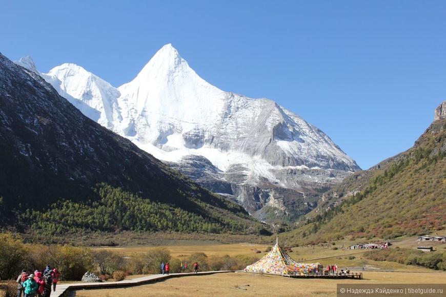 Янмаюн - Священная гора Бодхисатвы Мудрости Манчжушри. В этом месте (где установлен флагшток) - центр Мандалы, открываются сразу три Священные горы.  Отсюда начинается пешая часть внутренней коры вокруг горы Ченрезиг.