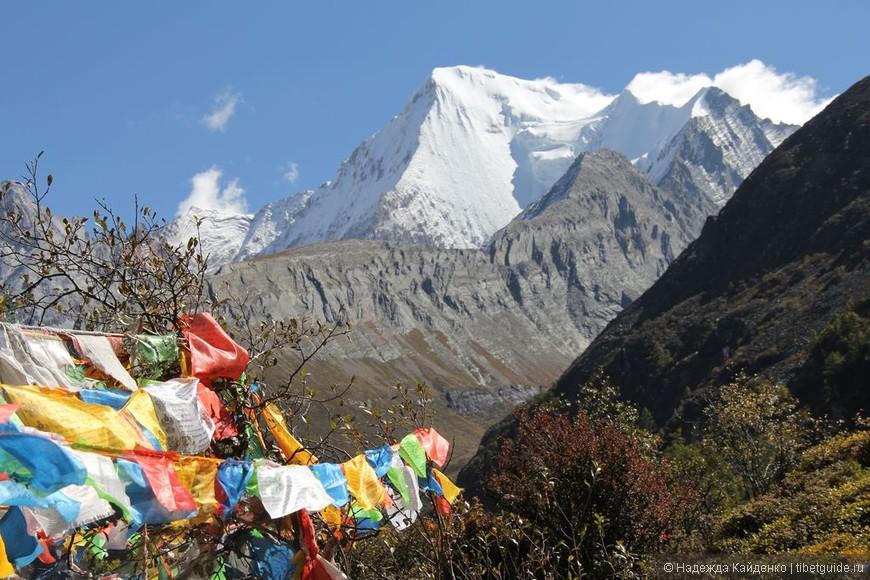 Первый небольшой перевальчик, обозначен, как всегда, молитвенными флагами. Вид на Чана Дорчже - защитник Ваджрапани.