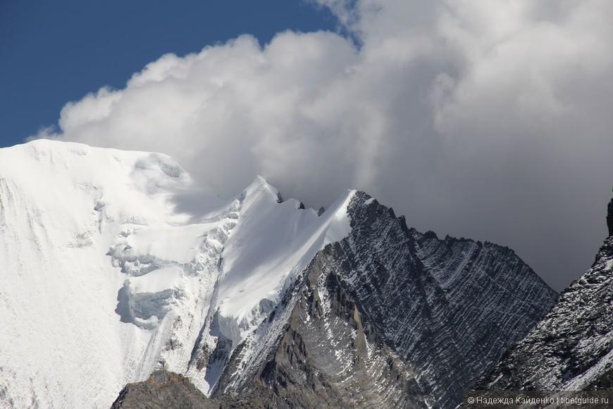 горы здесь имеют удивительные формы, требует изучения специалистами, конструкции, как на Кайласе,...  Надо пригласить господина Мулдашева ))