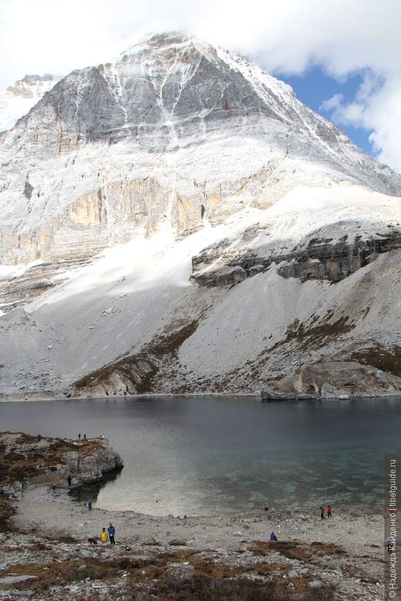 Священная гора Ченрезиг и Пятицветное озеро.. полный феншуй.. здесь классно но не будем задерживаться, дальше долгий долгий подъем на перевал