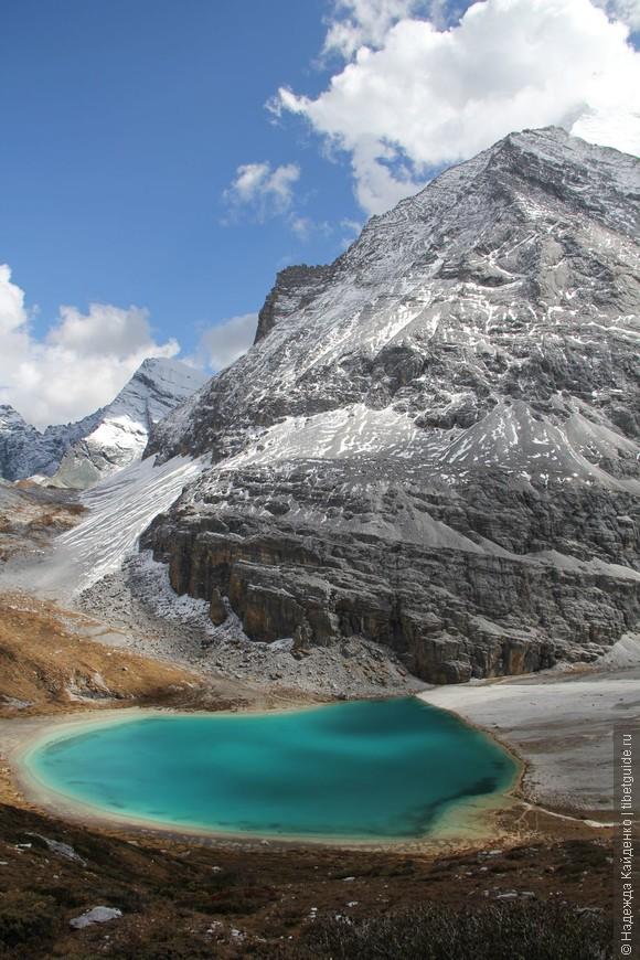 Обходим Священное Молочное озеро и идем выше на перевал