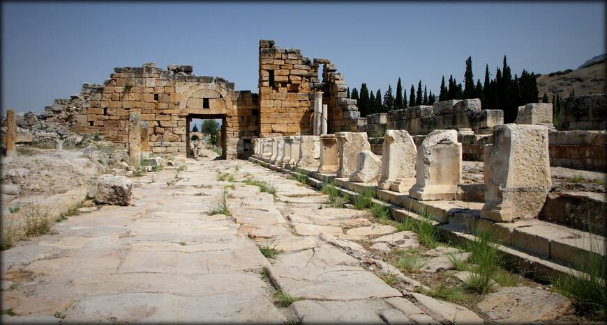 В 133 г. до н.э. город перешёл под покровительство Рима. Город впоследствии сильно пострадал от землетрясения в 17 г. н.э. Иераполис вновь отстраивается, а в 60-е годы I века н.э. приобретает известность в римских аристократических кругах как курорт. Наступает расцвет города.