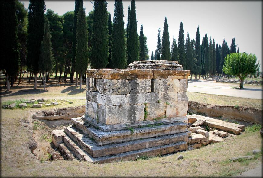 • Бассейн Клеопатры — действующие ванны с тёплой минеральной водой. Возникли на месте римских бань, разрушенных во время землетрясения
