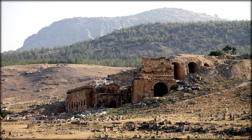 • Некрополь — крупнейший античный некрополь на территории Турции