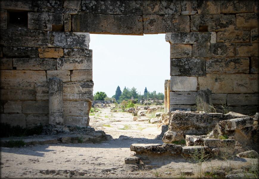 Первые постройки на месте Иераполиса появились во 2 тысячелетии до н.э. Царь Пергама Евмен II в 190 г. до н. э. построил новый город на этом месте и назвал его Иера́полис (с гр. — священный город). Город впоследствии был разрушен землетрясением и отстроен заново.