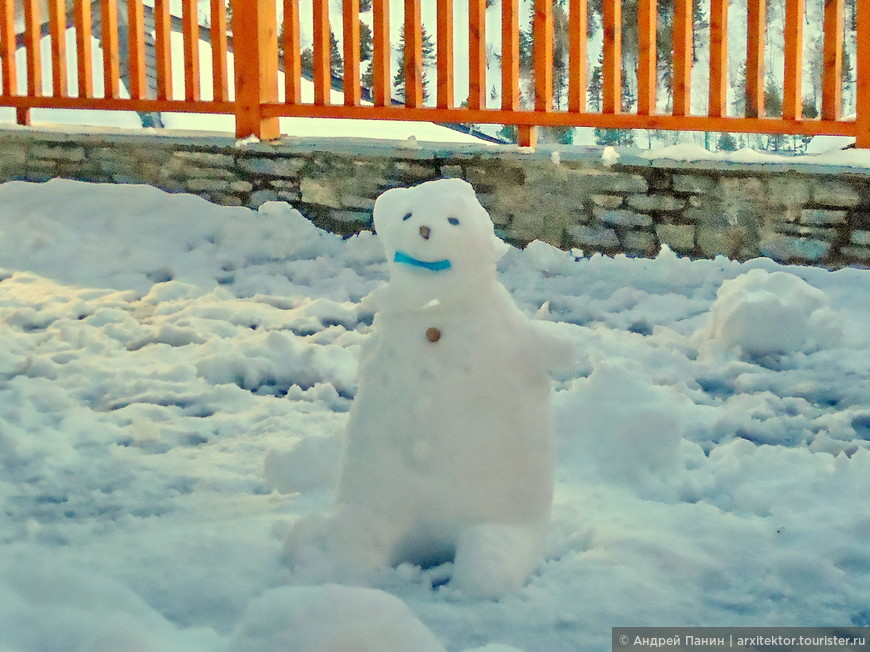 Кто-то слепил снеговика. Хотя русских в отеле не видели.