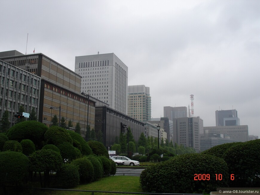 От станции метро идем к Императорскому дворцу.