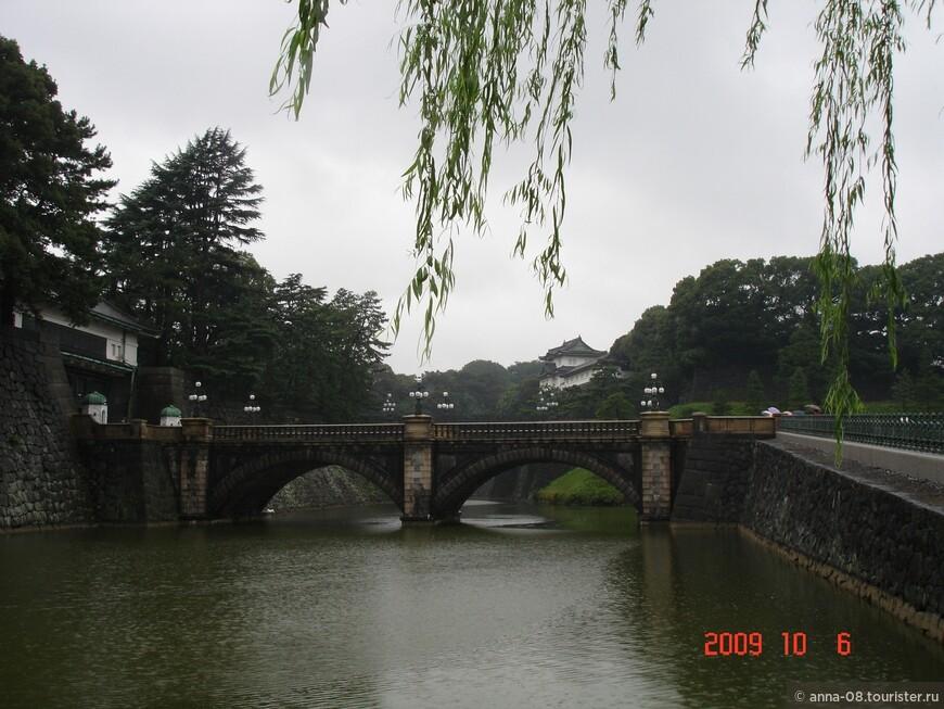 """Этот ров, заполненный водой,  называется Нидзюбаси, что расшифровывается как """"ни"""" и """"баси"""", то есть цифра """"два"""" и мост. Вот и получается """"ров двух мостов""""."""