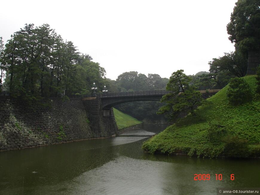 Дворец огражден отвесными стенами из огромных серых камней.