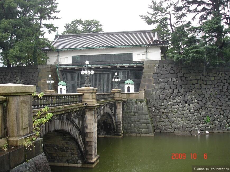 Двухарочный каменный мост Нидзюбаси, построенный в 1888 году - это парадный вход на территорию дворца. Построен в 1888 году. Он ведет  к Главным воротам Императорского дворца.