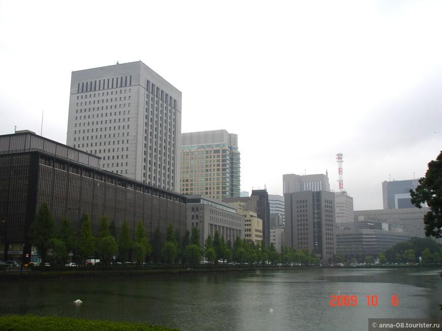 Мрачное здание слева - Императорский театр-музей Идемицу, открытый в 1911 году. Это первый театр в Японии, который ставил разнообразные мюзиклы и оперы западного стиля. На девятом этаже открыт Художественный музей Идэмицу с коллекцией живописи и каллиграфии.