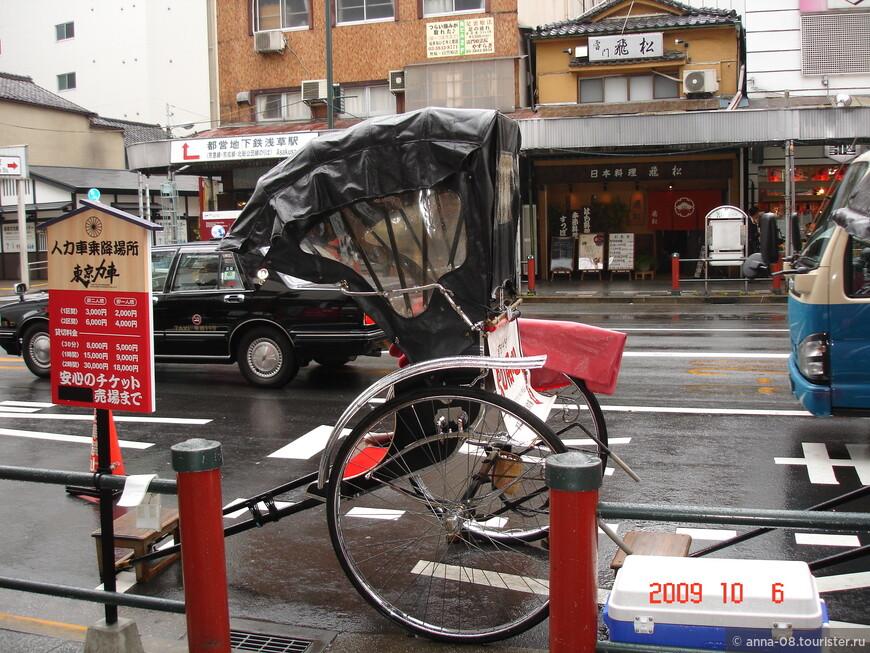 Стоянка рикш, слева - прейскурант на услуги