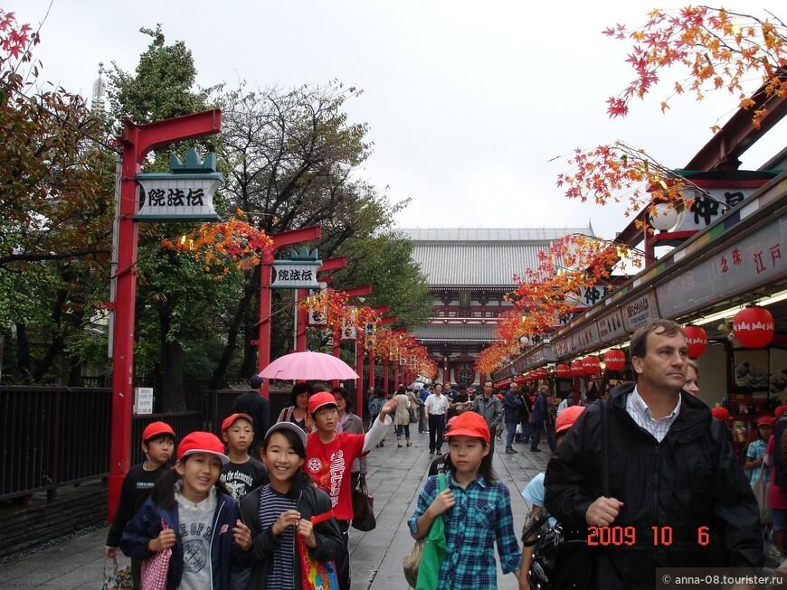 Это одна из старейших торговых улиц Токио — ещё в начале 18 века окрестным жителям было даровано разрешение торговать на подходах к храму. Протяжённость улицы составляет приблизительно 250 метров, на ней расположены 89 магазинов: 54 магазина с восточной стороны и 35 — западной.