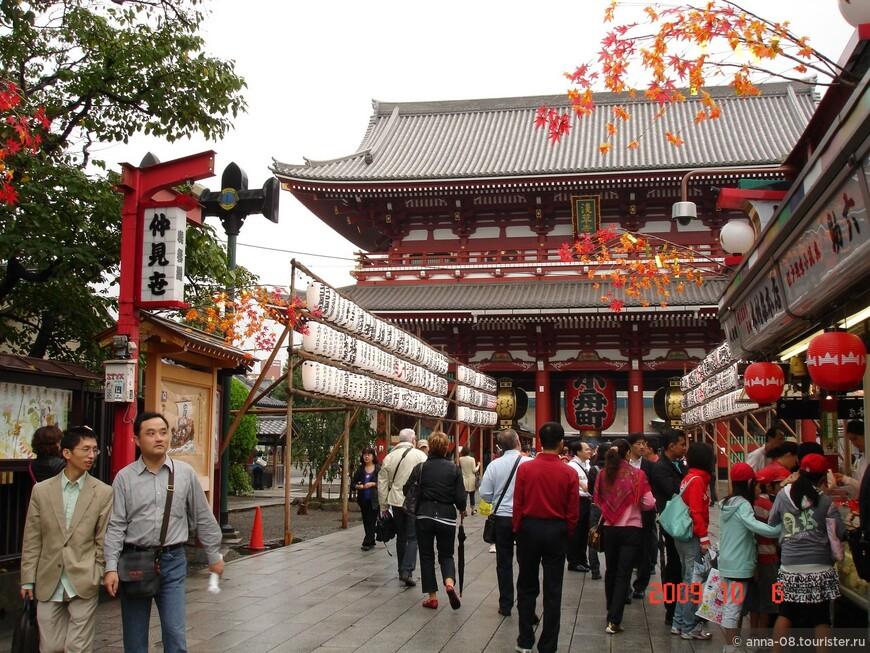 Сэнсо-дзи является самым старым буддийским храмом на территории Токио. Согласно преданиям, храм был основан в 628 году на месте обнаружения статуи бодхисаттвы Каннон.