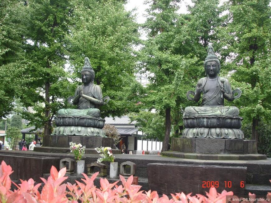 Статуи, пожертвованные храму богатым торговцем из Эдо.