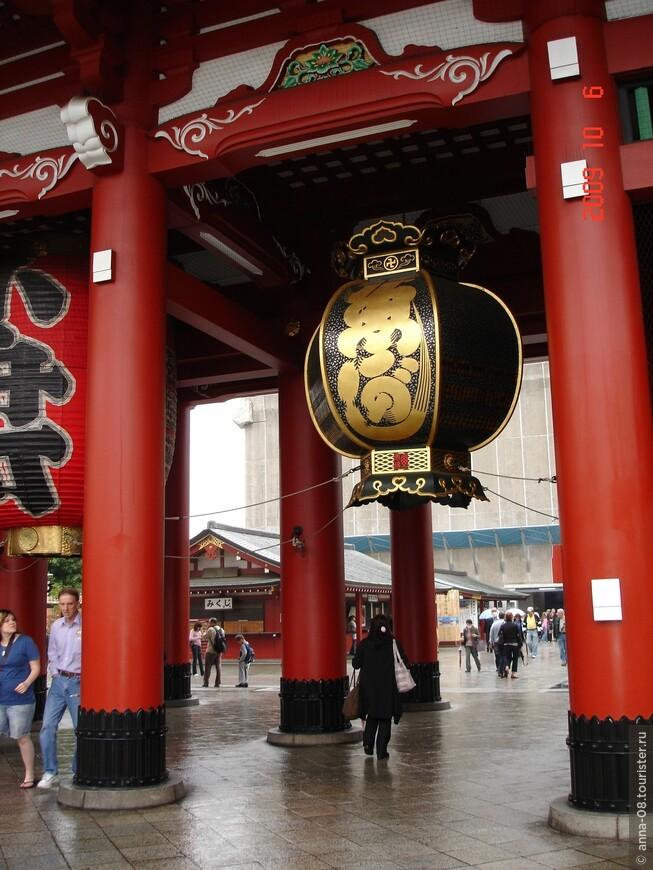 Ворота Ходзомон (Ворота-Сокровищница). Действительно, на втором этаже этого грандиозного сооружения хранятся ценности храма, объявленные Важным культурным достоянием страны. Во время войны были разрушены и восстановлены в 1964 г. из железобетона.