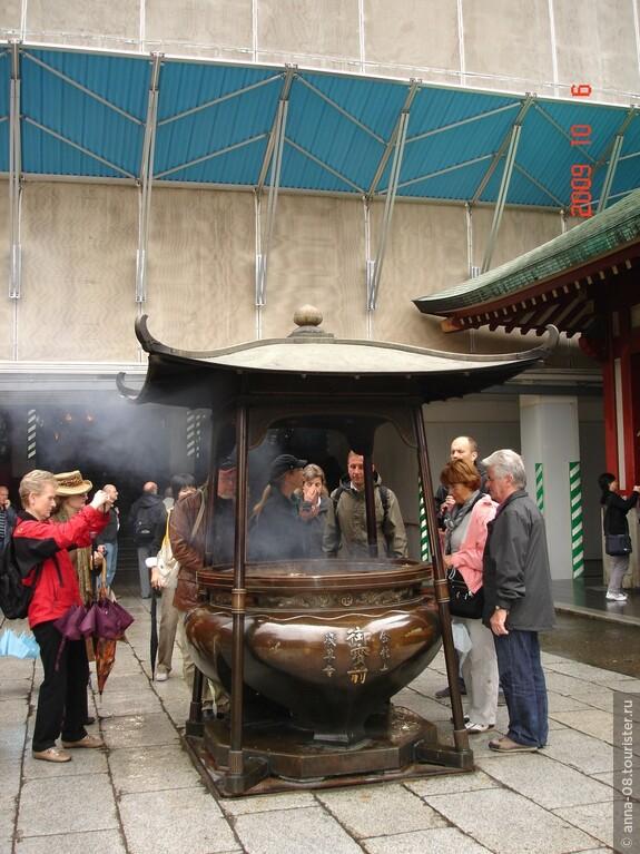 Кадильница, дым которой приносит здоровье. Главный зал храма мы не увидели, он на реставрации. Это он закрыт щитами за кадильницей, а внутри буддийские храмы снимать нельзя.