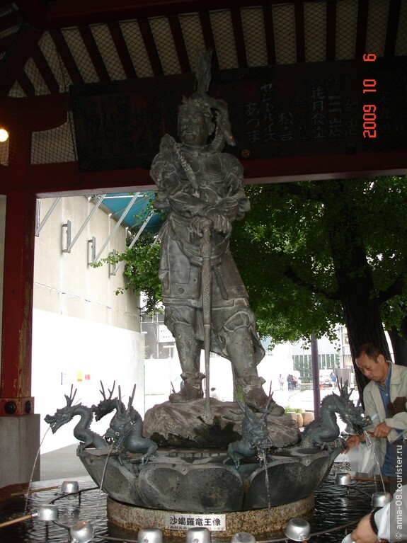 Ритуальный фонтан для омовения рук.