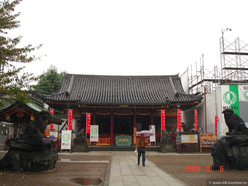 Рядом с храмом Сэнсо-дзи находится маленький синтоистский храм Асакуса. Он известен как Сандзя-сама (храм Трёх божеств). Это один самых известных синтоистских храмов в Токио. Храм прославляет трёх мужчин, основавших Сэнсо-дзи.