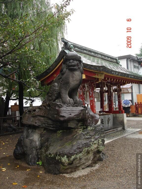 Храм Асакуса был построен для поклонения к этим мужчинам как божествам. Храм и земли вокруг него веками используются для проведения синтоистских и буддистских фестивалей.