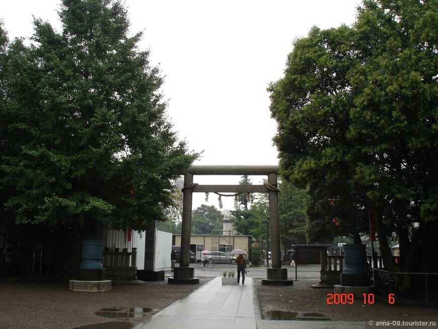 Ритуальные ворота тории, устанавливаемые перед святилищами японской религии синто. По ним можно отличить буддийский храм от синтоистского.