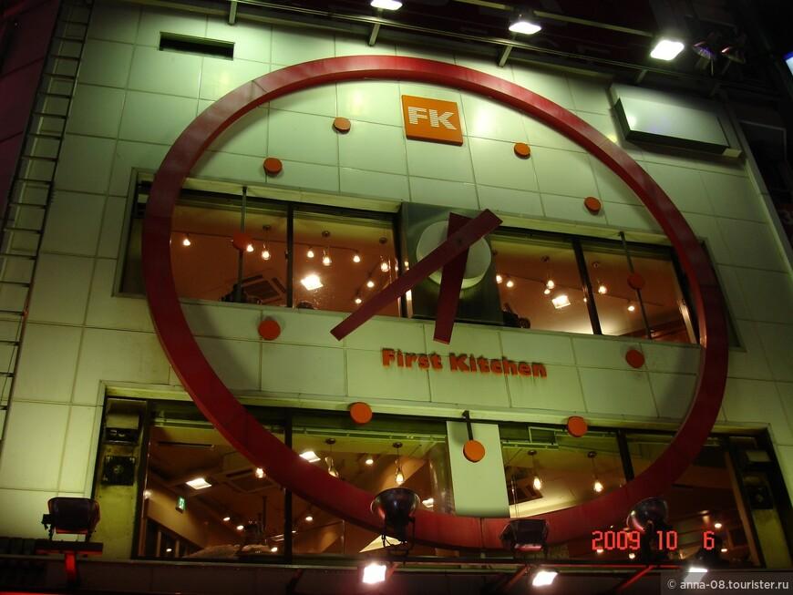 Вечером несколько кадров по пути от станции метро к отелю.