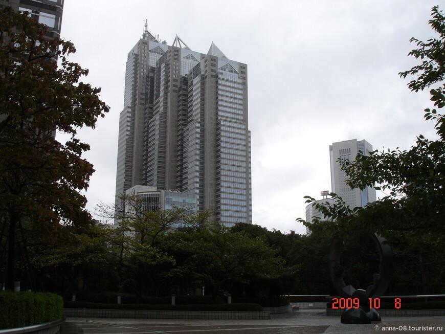 В Синдзюку находится еще одно творение Кендзо Танге - небоскреб Синдзюку Парк Тауэр высотой 235 метров. Это шестое по высоте здание Токио. Этажи с 1 по 8 занимают магазины, с 9 по 37 - офисные помещения, с 39 до 52 занимает роскошный отель Park Hyatt Tokyo.
