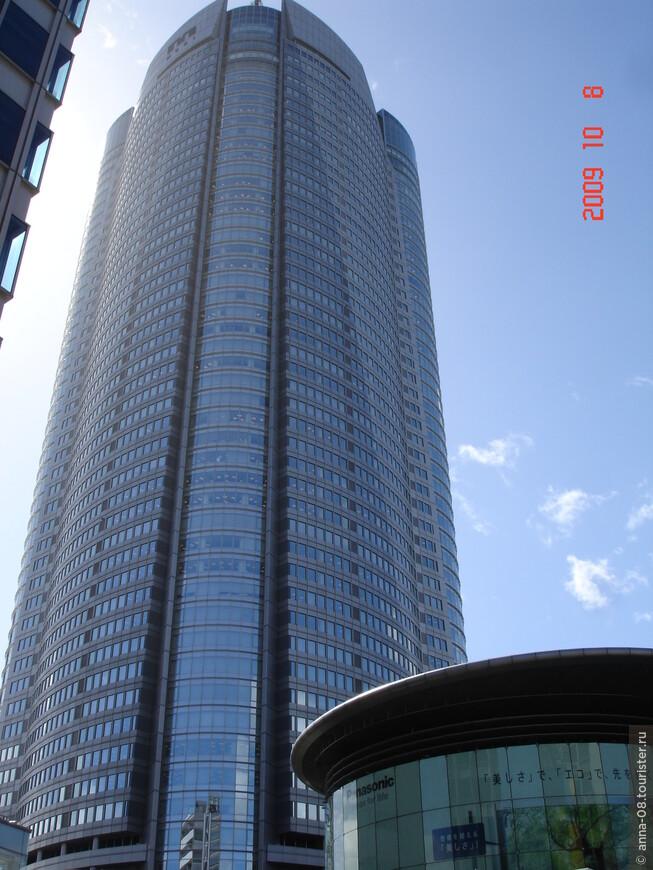 """Центральное место в нем занимает 54-этажный 238-метровый небоскреб Mori Tower. В нем на поcледних шести этажах расположился музей искусств Mori, смотровая площадка Tokyo City View. На других этажах - офисы различных компаний и отель """"Grand Hyatt"""". Первые этажи отданы всевозможным магазинам, кинотеатру, кафе и ресторанам. Из-за тайфуна, который в этот день с утра посетил Токио, смотровая площадка не работала."""
