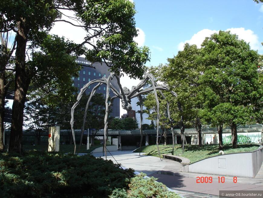 Знаменитая скульптура паучихи, расставленная скульптором Луизой Буржуа по разным мировым столицам.