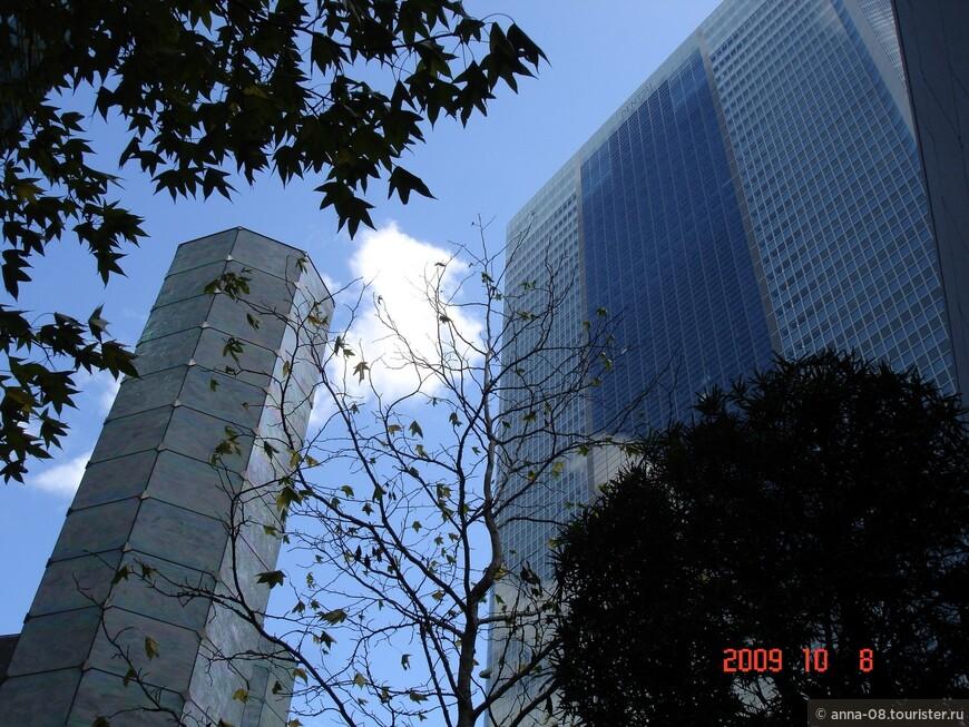 А это район Шиодоме, прибрежный район. Застройка Shiodome City Center была открыта в 2003 г. Это комплекс из ультрасовременных небоскребов, а внутренние улицы заняты магазинами и ресторанами.