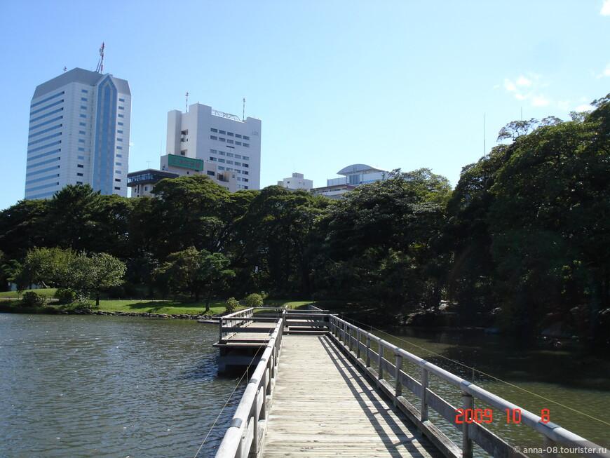 Мостик, ведущий на островок, так же как и чайный домик был построен в 1707 году 6-м сёгуном Токугава Иэнобу.