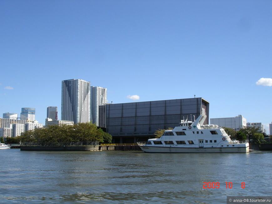До парка можно добраться как наземным транспортом, так и на кораблике. Там, где сейчас причаливает катер, была пристань, куда причаливало судно сёгуна.