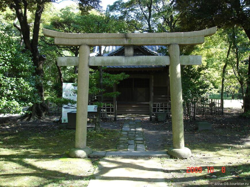 Из старинных построек в саду сохранилось небольшое святилище Инабу.  Первое святилище, существовавшее на этом месте, было уничтожено землетрясением 1894 года.