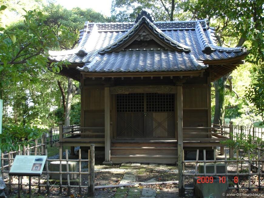 Через год по приказу императора здесь поставили точную копию. Несмотря на повреждения, полученные во время Великого землетрясения 1923 года, устоял. Так что этому храму уже 120 лет.