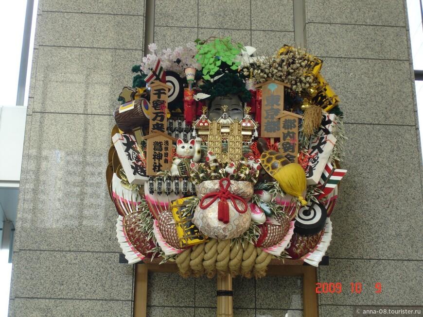 Утром до отъезда из Токио я пошла в здание муниципалитета, чтобы подняться на смотровую площадку. Это - украшение на стене на втором этаже муниципалитета.