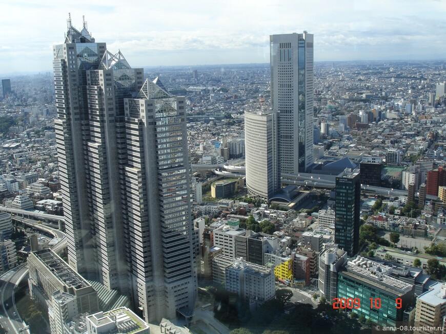 С 200- метровой высоты открываются великолепные виды Токио! Слева - Синджуку Парк Тауэр.  Справа - Токио Опера Сити Тауэр - седьмой по высоте небоскреб - 234 метра. Это офисное здание.