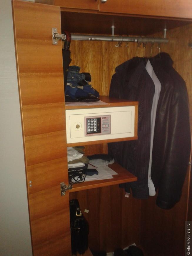 Сейф в шкафу.