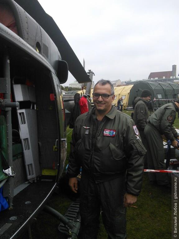 Военные в этот день с удовольствием позируют для фотографий.