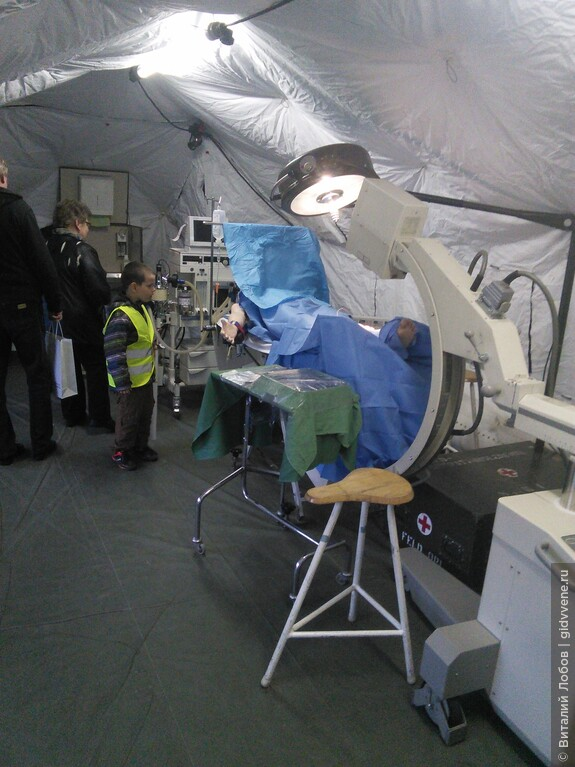 Военный госпиталь. Идет операция.