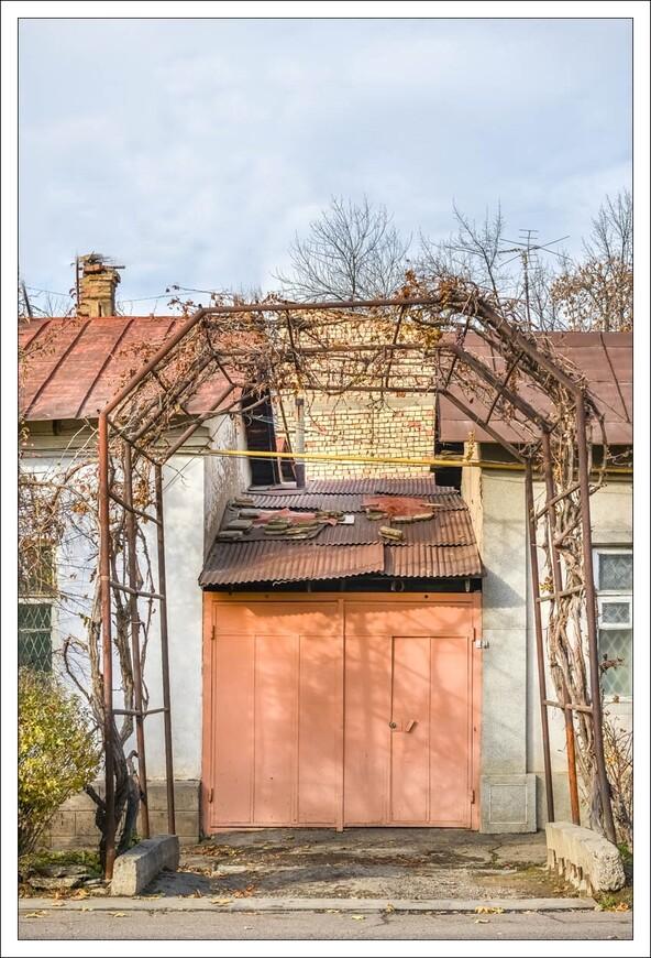 у этого домика чудесно в летний зной-виноградные лозы ,поднятые аркой,дают тень.