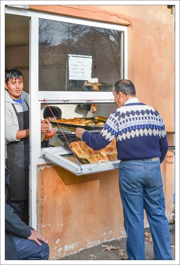 голодными в Ташкенте не остаются... обычная пирожковая с выходом на улицу...