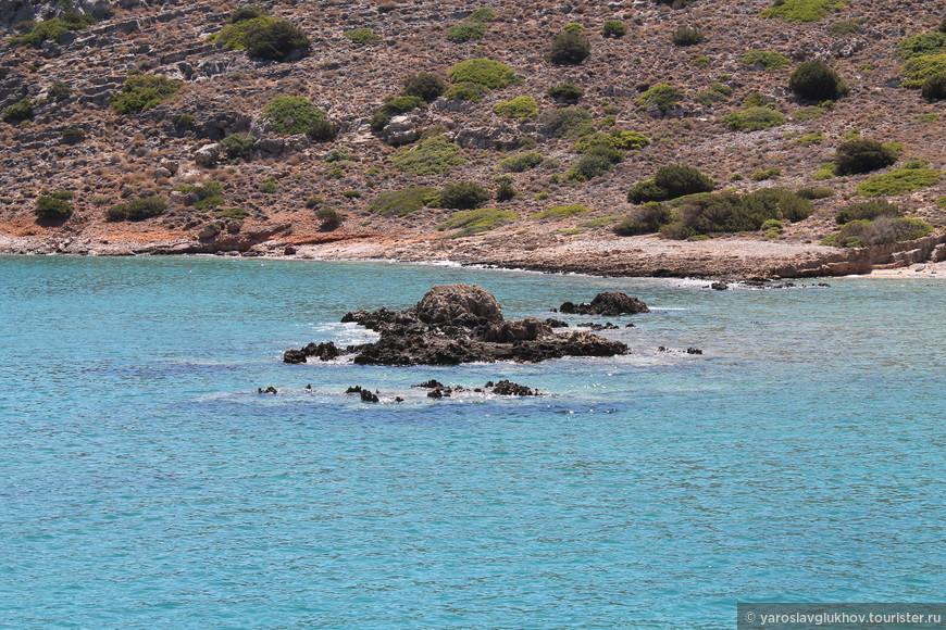 Камни в воде.