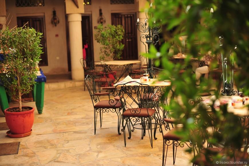 Одно из многочисленных кафе на набережной с интересной обстановкой