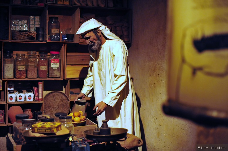 Этот арабский манекен пытается приготовить себе ужин