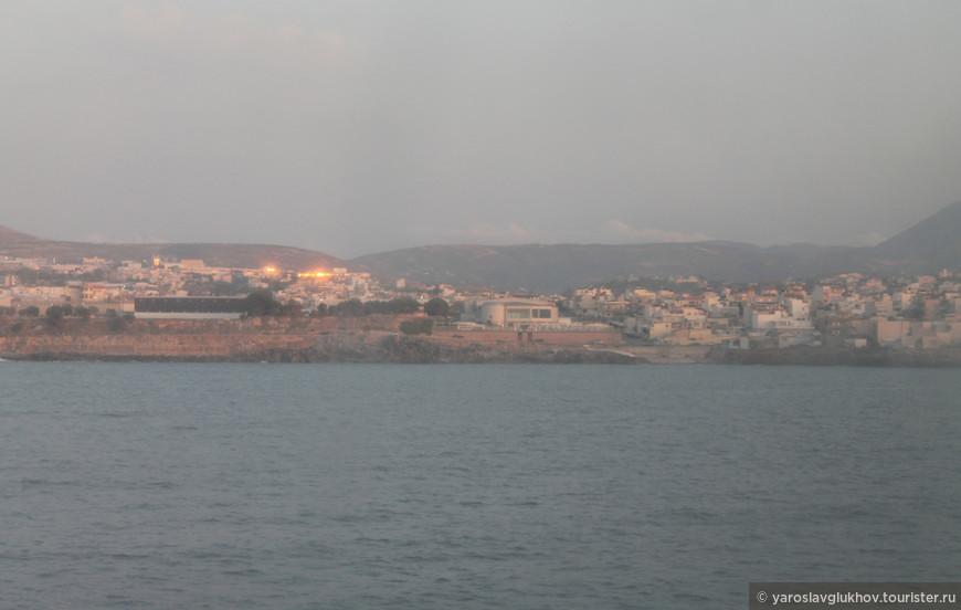 Вид на Ираклион с корабля, который отвозил нас на остров Санторини.