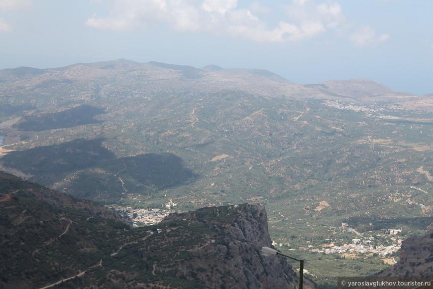 Вид на южную часть Крита. Вдалеке видно Ливийское море.