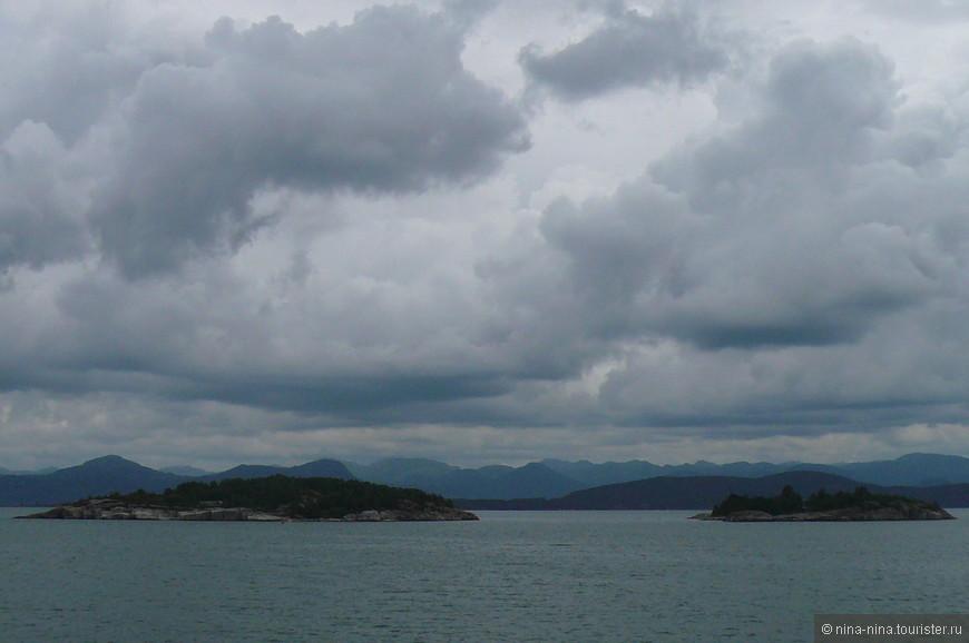"""На палубе кораблика было достаточно прохладно, несмотря на """"макушку"""" лета - 29 июня 2008 года...  Но сочетание низкого серого неба, множества горных вершин и необыкновенного цвета воды завораживало."""
